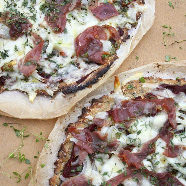 Pizza med parmaskinke, urter, og bund af brødmix